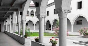 有哥特式曲拱和专栏的长方形修道院 免版税库存照片