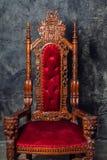 有哥特式装饰品的豪华古色古香的扶手椅子 库存照片