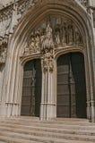 有哥特式雕塑的木门在圣迈克尔和圣Gudula大教堂里在布鲁塞尔 免版税库存图片