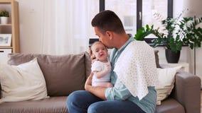 有哭泣的婴孩的中间年迈的父亲在家 影视素材