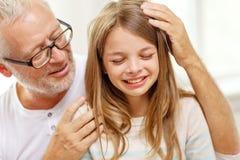 有哭泣的孙女的祖父在家 免版税库存图片