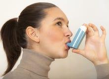 有哮喘吸入的逗人喜爱的女孩 免版税图库摄影
