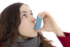 有哮喘的妇女使用吸入器 免版税库存图片