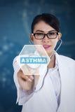 有哮喘词和听诊器的女性医生 库存照片