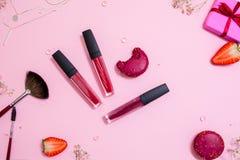 有唇彩的逗人喜爱的桃红色平的layand唇膏在中心 迷人的样式 免版税库存图片