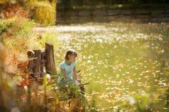 有唐氏综合症的美丽的女孩吃在自然的玉米 库存照片