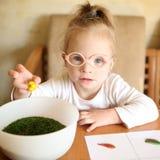 有唐氏综合症的女孩在排序介入菜 图库摄影