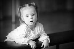 有唐氏综合症的惊奇的小女孩 免版税库存照片