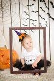 有唐氏综合症的美丽的小女孩在衣服一个小巫婆 免版税库存照片