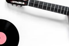 有唱片的吉他在dj或音乐家工作白色书桌背景顶视图大模型的音乐演播室 库存图片