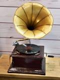 有唱片的葡萄酒古色古香的留声机 库存图片