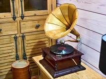 有唱片的葡萄酒古色古香的留声机 图库摄影