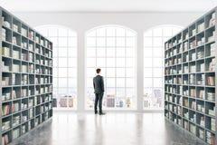 有商人的图书馆 免版税图库摄影