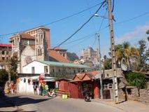 有商店和看法Manjakamiadana宫殿和大教堂的安塔那那利佛 图库摄影