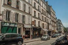 有商店和餐馆的安静的胡同在蒙马特区的晴朗的下午的在巴黎 免版税库存图片