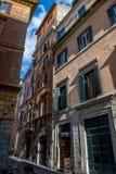 有商店的被放弃的狭窄的街道在罗马在意大利 免版税库存照片