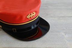 有商标和金黄条纹的瑞士铁路帽子 免版税库存照片