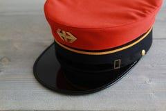 有商标和金黄条纹的瑞士铁路帽子 库存照片
