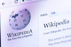 有商标的维基百科网站在个人计算机显示屏上 库存照片