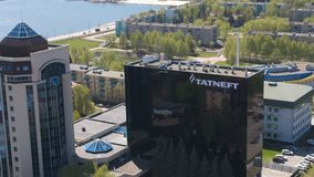有商标的Tatneft大会办公处反对都市风景全景 股票视频