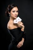 有啤牌卡片的性感的妇女 库存照片
