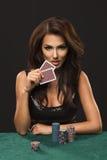 有啤牌卡片的性感的深色的妇女 免版税库存照片