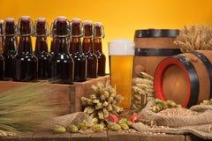 有啤酒杯的啤酒条板箱 库存图片