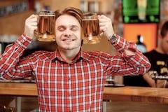 有啤酒杯的年轻人 免版税库存照片
