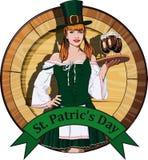有啤酒标签的爱尔兰女服务员 免版税库存图片