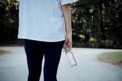 有啤酒瓶的青少年的女孩 库存图片