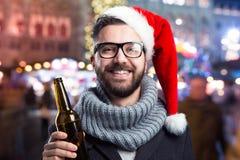 有啤酒瓶的年轻人 免版税库存图片