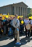 有喇叭的音乐家在劳动节示范参与在伏尔加格勒 免版税库存图片
