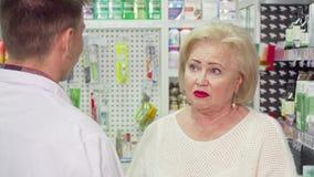 有喉咙痛的资深妇女要求药剂师医学 股票录像