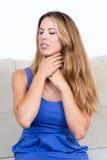 有喉头问题的可爱的妇女 免版税库存照片