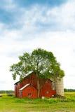 有喜怒无常的天空的农场 免版税库存图片