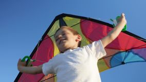 有喜悦微笑的可爱的年轻男孩在颜色风筝他的面孔藏品把柄  股票录像