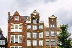 有喷口和脖子山墙的历史的房子在阿姆斯特丹 免版税库存照片