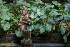 有喷泉和一个小池塘的泰国庭院 库存照片