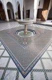 有喷泉和马赛克的一个庭院在一个宫殿铺磁砖了地板在摩洛哥 免版税图库摄影