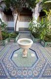 有喷泉和马赛克的一个庭院在一个宫殿铺磁砖了地板在摩洛哥 库存照片