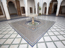 有喷泉和马赛克的一个明亮的庭院在一个宫殿铺磁砖了地板在摩洛哥 库存照片