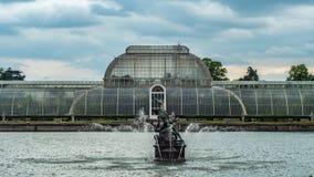 有喷泉的一个池塘 免版税库存图片