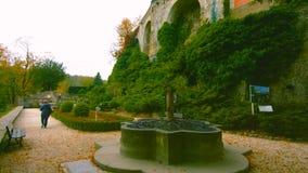 有喷泉的五颜六色的庭院在-波兰2019年- -比尔德附近的春天 免版税库存图片