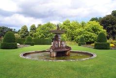 有喷泉的修剪的花园庭院 免版税库存照片