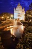 有喷泉的公园在晚上在托伦 免版税库存照片