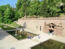 有喷泉的公园在海得尔堡城堡内 库存图片