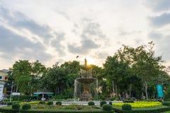 有喷泉的城市公园在晚上 免版税库存图片