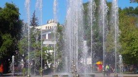 有喷泉的城市公园 一能看到剧院大厦、树和人民 股票录像