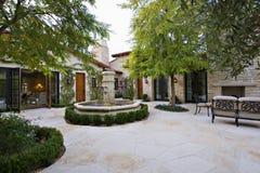 有喷泉的庭院 免版税库存图片
