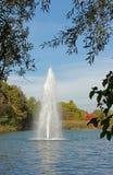 有喷泉的池塘在10月 免版税图库摄影